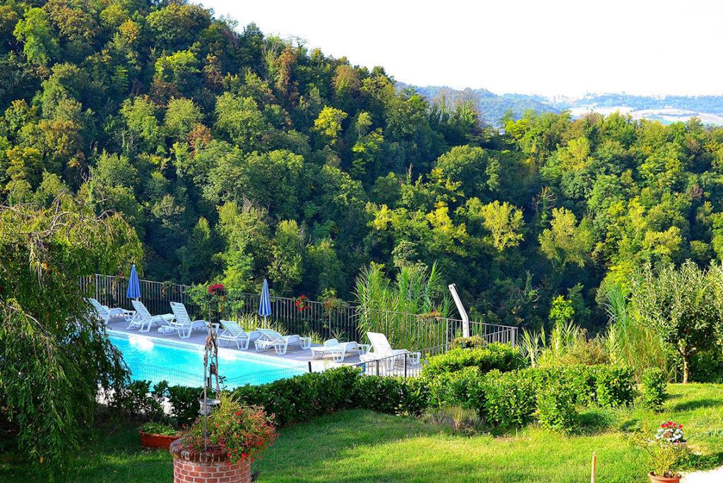 La piscina è una terrazza affacciata sui boschi secolari con di fronte il Parco naturale di Crea, sito UNESCO.